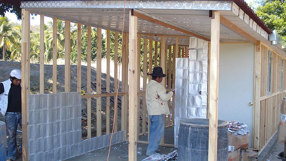 Bbc brasil v deos e fotos ong constroi casas com for Casas de plastico para jardin mexico