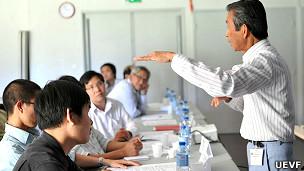 Giáo sư Nguyễn Khắc Nhẫn (đứng)