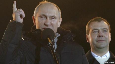 Ông Vladimir Putin và Tổng thống Dmitry Medvedev tại buổi tụ họp sau bầu cử