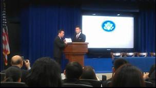 Ông Đỗ Phủ, Phó giám đốc đài SBTN, trao tấm bảng tri ân cho ông Eddie Lee, Giám Đốc Văn Phòng Châu Á Thái Bình Dương của Tòa Bạch Ốc