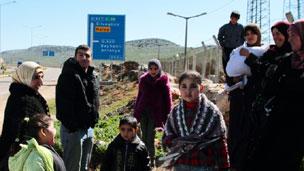 Refugiados sírios fogem de Homs (Foto: BBC)