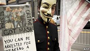 Hombre con la máscara de Anonymous