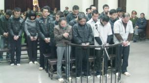 Phiên xử 29 người tội buôn lậu người. Ảnh: Tiền phong Online