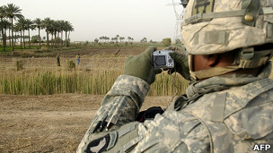 Soldado tomando foto con celular