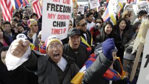 Những người Tây Tạng biểu tình phản đối Trung Quốc