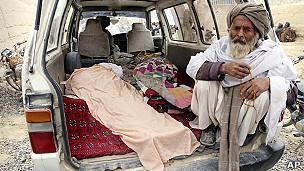 afgano acompaña cuerpos de familiares muertos en la masacre