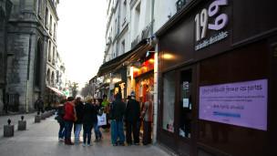 Gente frente a tienda erótica en París