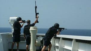 Guardas de seguridad en barco