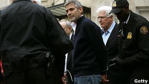 George Clooney arrestado frente a la embajada de Sudán en Washington