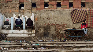 Hombres orinando en una construcción a medio demoler.