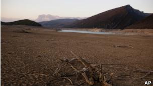 Reservatório de água seco em Huesca, na Espanha. | Foto: AP