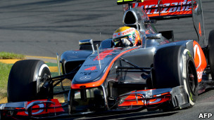 Lewis Hamilton conduce un McLaren