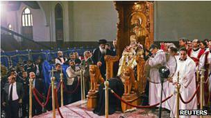 جثمان البابا شنودة على الكرسي البابوي