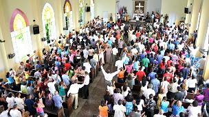 Fieles en iglesia cubana