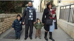 Rabino Jonathan Sandler e os filhos Gabriel e Arieh, vítimas do ataque de segunda-feira