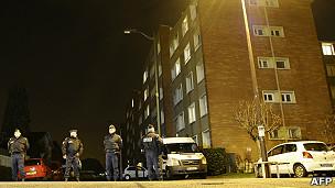 法国警方将嫌犯住所包围