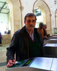 O auxiliar de enfermagem Cândido Teixeira, na estação de trem do Rossio (BBC)