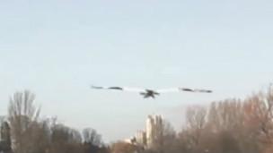 O holandês Jarno Smeets, em sua engenhoca voadora (BBC)