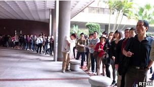 逾百市民在香港理工大学投票站外排队准备投票(23/03/2012)