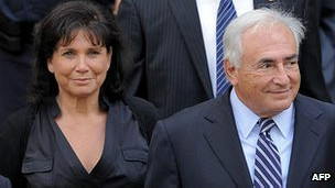 Dominique Strauss-Kahn y su esposa