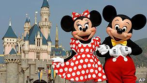 imagen del castillo de disney paris con mickey y minnie mouse