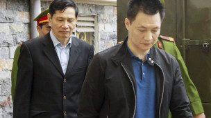 Ông Phạm Thanh Bình, bên trái