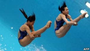 Atletas chinesas Wu Minxia e He Zi durante competição em Dubai no dia 16 de março