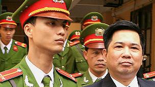 Ông Cù Huy Hà Vũ khi bị đem ra xét xử, ảnh Reuters