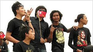 緬甸流行樂隊的潮男也來給昂山素季助威