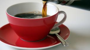 Las personas que beben café regularmente, con o sin cafeína, tienen menos riesgo de morir prematuramente que aquéllos que no consumen la bebida, revela un estudio. Se piensa que los compuestos antioxidantes del café podrían ser beneficiosos. La investigación, en la que participaron más de 400.000 personas mayores, encontró que los hombres que beben cinco o más tazas de café diariamente tienen hasta 12% menos riesgo de morir en los siguientes 14 años.  Y en las mujeres el riesgo es 16% menor, afirma el estudio publicado en New England Journal of Medicine. Entre los hombres que tomaban dos o