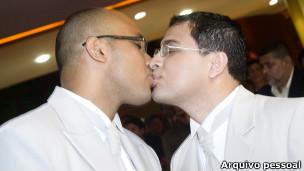 O pastor Marcos Gladstone (à dir.) beija seu parceiro, Fábio Inácio, durante seu casamento / Foto: Arquivo pessoal