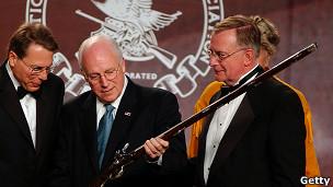 El ex vicepresidente Dick Cheney con directores de la NRA