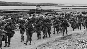 tropas argentinas desembarcan Malvinas/Falklands en abril de 1981