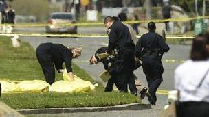 پلیس بالای سر جسدی در محل حادثه