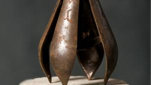 Instrumento de tortura conhecido como 'pera da angústia ' (Cornette de Saint Cyr)