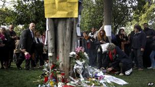 希腊民众自发前往这位老人自杀的地方献花(04/04/2012)