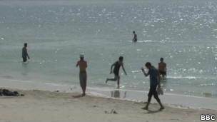 Moradores de Trípoli vão à praia. | Foto: BBC