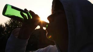 Adolescente bebiendo