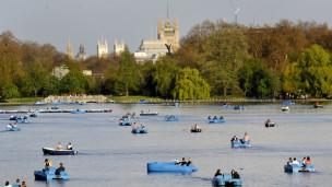 На пруду Серпентайн в Гайд-парке в Лондоне