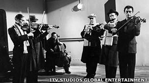 Músicos en una escena del filme A Night to Remember de 1958