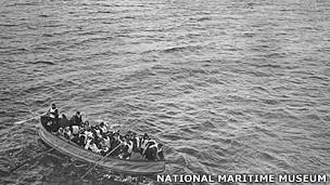 Una fotografía tomada desde el Carpathia por el pasajero Luis Ogden al llegar a la escena del desastre del Titanic, que muestra un bote salvavidas con sobrevivientes