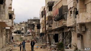 فعالان مخالف دولت سوریه در شهر حمص میگویند نیروهای ارتش کماکان در حال گلولهباران شهر هستند