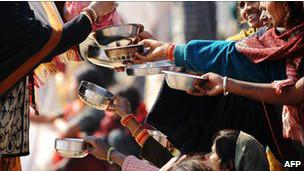 印度穷人在等着慈善机构发食品