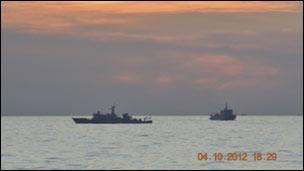 Hai tàu hải giám Trung Quốc đụng độ với tàu hải quân Philippines