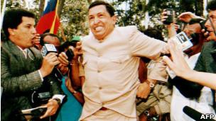 Chávez al salir de prisión en 1994