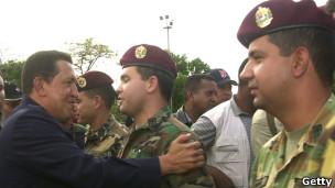 Chávez saluda a la leal Brigada de Paracaidistas el 14 de abril