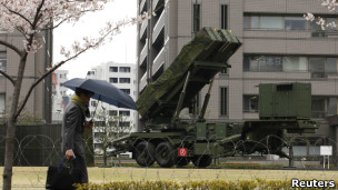 东京日本防务省外的地对空导弹发射系统
