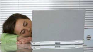 Las personas que trabajan turnos nocturnos tienen más riesgo de sufrir un infarto o evento cerebrovascular que quienes trabajan de día, revela un estudio. El trabajo nocturno está asociado a un incremento en el riesgo de infartos y derrames. La investigación, publicada en el British Medical Journal (BMJ) (Revista Médica Británica), analizó varios estudios publicados con anterioridad que habían involucrado a más de 2 millones de trabajadores. Encontró que los turnos nocturnos pueden interferir con la función del reloj biológico lo cual tiene efectos adversos en el estilo de vida. Previamente los empleos por turnos ya habían sido vinculados con