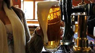 Cerveza servida en un pub
