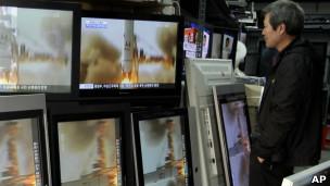 韩国人观看有关朝鲜火箭发射的电视报道